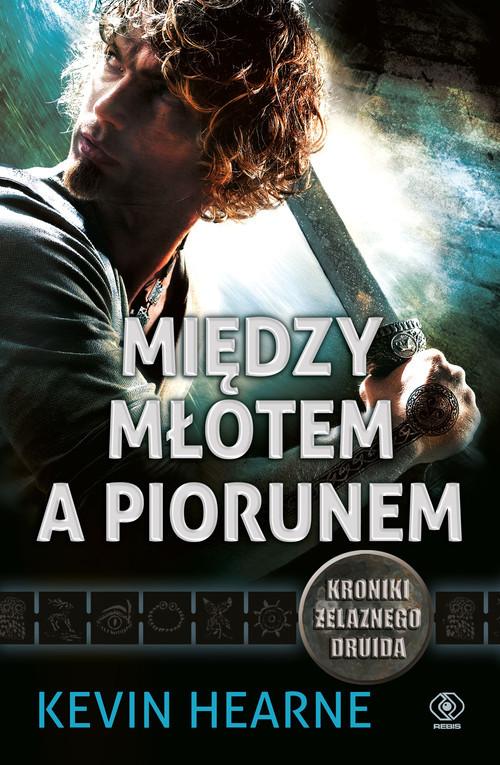 okładka Między młotem a piorunem, Książka | Hearne Kevin