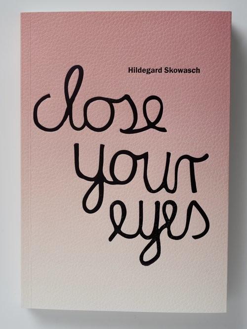 okładka Hildegard Skowash Close your eyes Katalog wystawyksiążka      Praca Zbiorowa