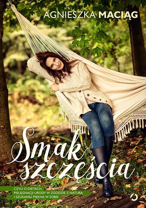 okładka Smak szczęścia, czyli o dietach, modzie, medytacji i kąpieli w płatkach różksiążka      Agnieszka Maciąg