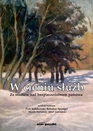 okładka W cieniu służb Ze studiów nad bezpieczeństwem państwa. Książka   papier   Piotr  Kołakowski, Bolesław Sprengel, Stefańsk